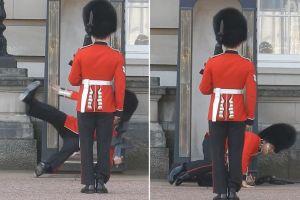 PAY-Buckingham-Palace-guard-slips-and-falls